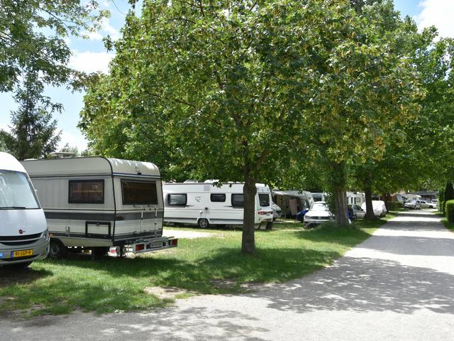 karavany v kempu Sá-Ra